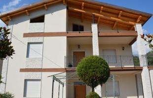 Progetto degli elementi architettonici della facciata e della copertura di un edificio residenziale